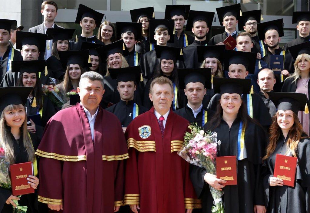 Национальном университете Одесская юридическая академия  В Национальном университете Одесская юридическая академия состоялось вручение дипломов выпускникам 2016 фото